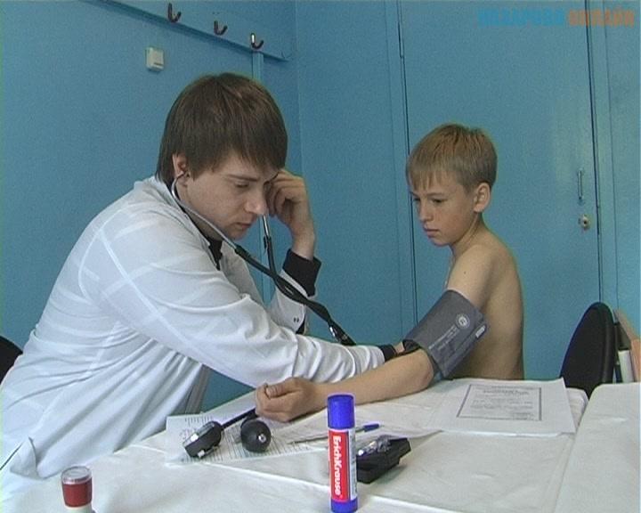 Осмотр детей проводят врачи разных специальностей: педиатр, гинеколог или детский уролог, невролог, хирург и другие.
