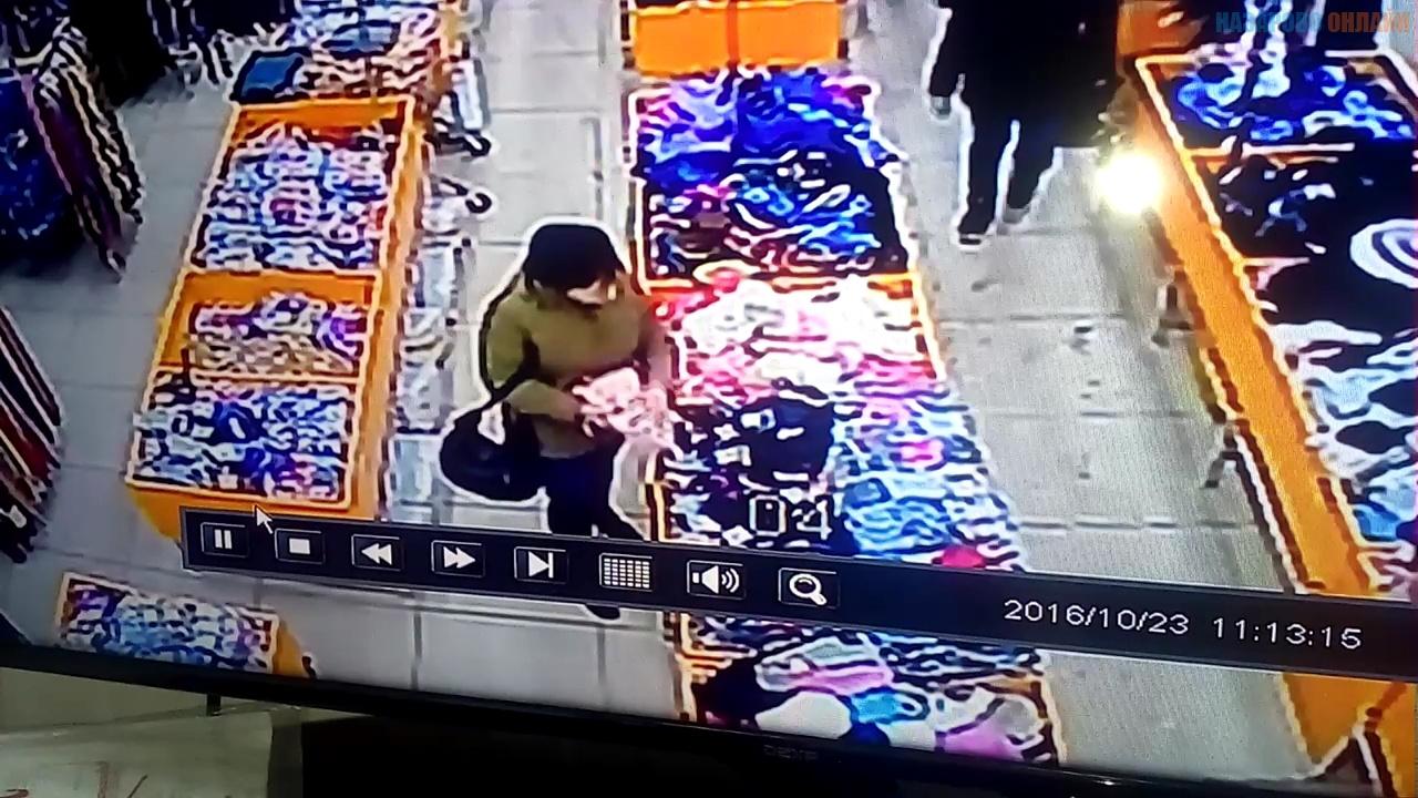 Назаровцев просят опознать женщину, забравшую в магазине чужой кошелек