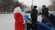 Полицейский Дед Мороз и дети поздравили водителей и пешеходов с Новым годом