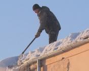 С Назаровских крыш торопятся убрать снег