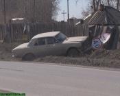 От удара Волги в городе Назарово смяты дорожный знак и забор частного дома