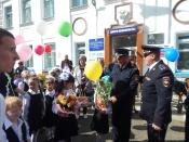 70 первоклассников прошли безопасным маршрутом с начальником полиции и начальником ГИБДД