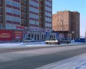 На въезде в город Назарово автомобилям мешает парковка