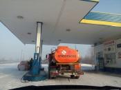 В городе Назарово цистерну для бензина заправляли на АЗС