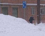 Пока взрослые спорят о горках, дети катаются с простых куч снега