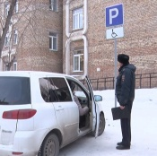 В городе Назарово вновь перетасуют парковочные места для инвалидов