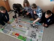 Инспекторам ГИБДД обучать сельских школьников ПДД помогают роботы