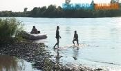С отдыхающими на берегу назаровцами беседуют сотрудники полиции