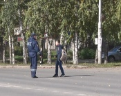 Инспекторы ГИБДД «мешали» назаровцам переходить дорогу