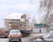 Улицу в городе Назарово перегородила большая яхта. Она тут же стала обьектом для селфи
