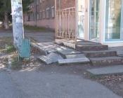 Участок на въезде в город Назарово пугал гостей мусором и сломанным забором