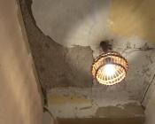 В городе Назарово на доме разобрали крышу и подставили кастрюлю для талой воды
