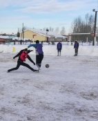 В Назаровском районе играли в футбол на снегу