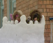 Житель города Назарова в одиночку создал для детей зимнее королевство из снега