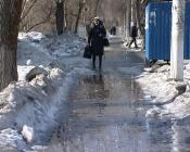 Убрать снежную кашу с тротуаров обещают в течение следующей недели