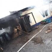 Благодаря бдительному соседу из пожара в городе Назарово спаслась семья