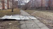 Ходить мимо дома 89 на Арбузова опасно для жизни. Сильный ветер срывает профлист и обрывает провода