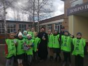 Священнослужитель и юные помощники ГИБДД поздравили горожан с наступающей Пасхой