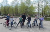 Инспекторы ГИБДД вместе с юными велосипедистами снимают видеоуроки