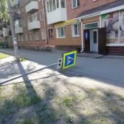 В городе Назарово вандалы сломали 13 дорожных знаков, перевернули лавки и урны