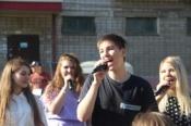 В городе Назарово провели уличный концерт в одном из дворов
