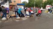 Уличным торговцам запретили приближаться к жилому дому в городе Назарово