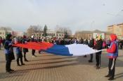 В городе Назарово в День единства развернули 10-метровый триколор