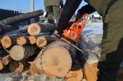 Назаровец помогает заготавливать дрова жителям Иркутской области
