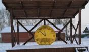Снежный городок в поселке Строителей украсят большие часы и мышь в шубе