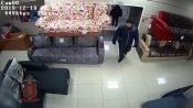 В городе Назарово вор воспользовался невнимательностью продавца и украл деньги (видео)