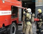 Многоэтажный дом в городе Назарово начал гореть снизу. Жильцы увидели дым