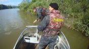 Инспекторы рыбоохраны спасли из сетей 26 кг. рыбы. Её выпустили в реку