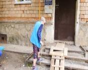 Жители многоквартирного дома вынуждены преодолевать препятствия, чтобы попасть домой