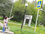 В городе Назарово в честь праздника прошел фотофлешмоб «Ромашка с правилами»