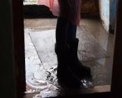 Подъезд одного из назаровских домов затопило дождём