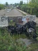 Назаровские подростки убирают мусор, оставленный горожанами у реки