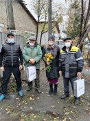 Волонтеры СУЭК поздравили назаровских пенсионеров с Днем пожилого человека