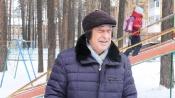 Уважаемый врач города Назарово на пенсии строит горки для детей